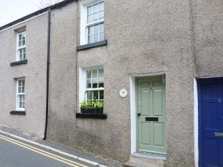 HAWTHORN COTTAGE, terraced property, king-size bed, free-standing bath, romantic retreat, within walking distance to shops and p - Ulverston vacation rentals