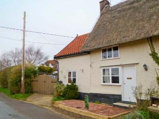 HUNNYPOT COTTAGE, beams, pet-friendly, spiral staircase, hot tub, in Pulham Market, Ref. 29711 - Diss vacation rentals