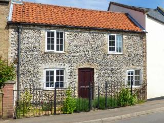 THE RED HOUSE, woodburning stove, garden with furniture, great for walking & cycling, Ref 903534 - Norfolk vacation rentals