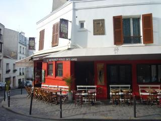Le rendez vous des amis friendly cafe next door - Montmartre Sacre Coeur Studio - Paris - rentals