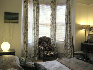 Beautiful 2 bedroom apartment in London sleeps 4+2 - London vacation rentals