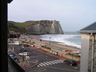 The view of the magnificent beach at Etretat, from the top floor of the house - Etretat: 20 metres to beach, sea view, sleeps 7 - Etretat - rentals