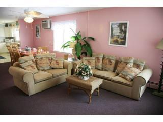 Beachcomber Spacious Living Room - Sun and Sand =Beach  Block - Wildwood - rentals