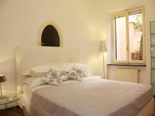 Trevi Fountain Fully Equipped Apt Free Wi-Fi - Rome vacation rentals