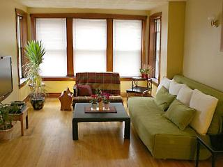 Wrigley Retreat Near Brown Line and Wrigley Field - Chicago vacation rentals