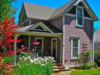3 bedroom vintage Victorian 12 min. walk to OSF - Ashland vacation rentals