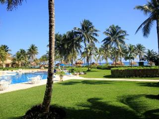 GROUNDFOOR 3 BR OCEANFRONT WIFI POOL ON OCEAN!!!! - Puerto Aventuras vacation rentals