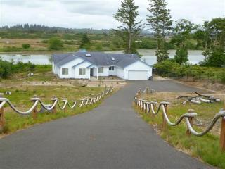 Lake Front,Canoe,Fishing&Pedal Boat,sauna,pool tbl - Gearhart vacation rentals