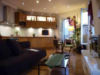 SMART Paris 4**** Haussmanian Canopy Apartmt Pix1 - 19th Arrondissement Buttes-Chaumont vacation rentals