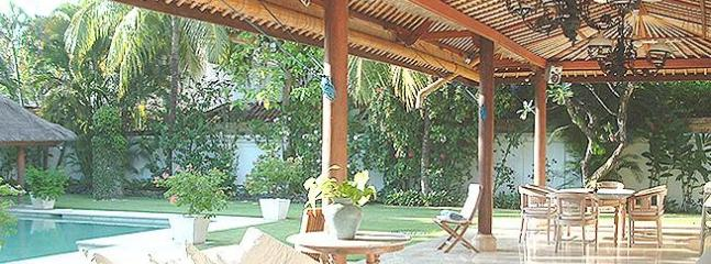 The garden and open living area - Stunning family villa 2 min from Legian beach. - Kuta - rentals