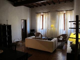 Piazza Pitti - 2 bedrooms apt. - 4 people max occ. - Florence vacation rentals