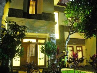 KUTA ROYAL VILLA - 4 Bedrooms - Villa PURI TARYN - Kuta vacation rentals