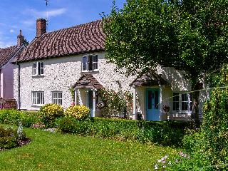 ROSE COTTAGE, detached property, with four bedrooms, snug, enclosed gardens, near Salisbury, Ref 19370 - Wiltshire vacation rentals