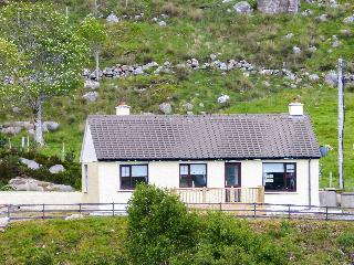 RIVER VIEW COTTAGE, single-storey, multi-fuel range, open fire, pet-friendly, in Doochary, near Dungloe, Ref 906347 - Lettermacaward vacation rentals