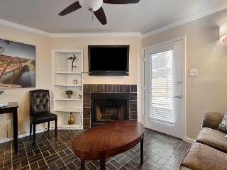 1BR Downtown Condo Summer Discounts! 2 blocks to 6th st and Convention Center - Austin vacation rentals