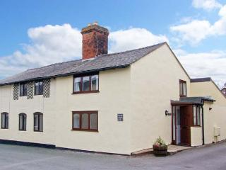 PEAR TREE COTTAGE, 19th century cottage, enclosed patio, ideal for a family or couple, two mins walk from a castle, in Whittingt - Oswestry vacation rentals
