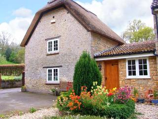 THE THATCH, romantic, pet-friendly retreat with garden, close to village pub, walks, cycling, NT houses, in Yarlington, Ref 9049 - Galhampton vacation rentals