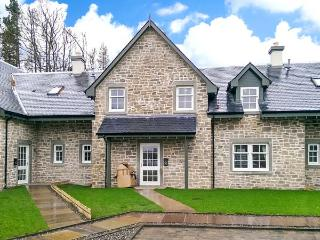 19 STRATHEARN HOUSE, terraced cottage, close to Gleneagles, WiFi, parking, in Auchterarder, Ref 905530 - Auchterarder vacation rentals