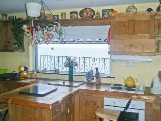 COZY COTTAGE, detached, open fire, near sea, close to amenities, parking, in Quilty, Ref 911696 - Quilty vacation rentals