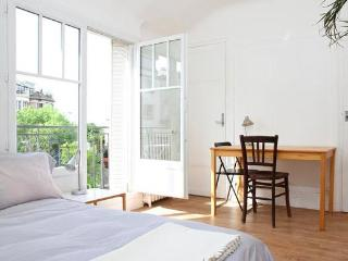 Charming studio with southern exposure on a quiet, leafy street near the Buttes-Chaumont at Butte Bergeyre. - Paris vacation rentals