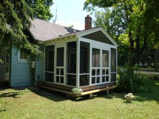 little blue cottage lots of cute! 1 mile to stockbridge center . pet friendly! - Lee vacation rentals