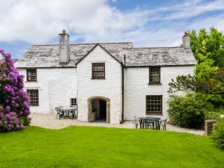 WESTROOSE FARM HOUSE, large enclosed garden, open fire, two sitting rooms, WiFi, Ref 912075 - Camelford vacation rentals