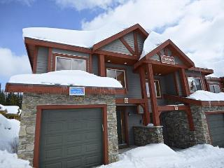 Snowbanks 2 Upper Snowpine location Sleeps 9 - Big White vacation rentals