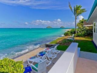 Beachfront Honu Heaven offers solar heated pool, hot tub & steps to Lanikai beach - Oahu vacation rentals