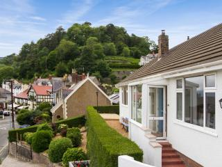 TRAM STATION COTTAGE, sea views, close to town, three bathrooms in Llandudno Ref 904470 - Llandudno vacation rentals