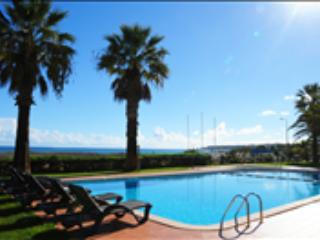 BEACHFRONT 2 BEDROOM APARTMENT FOR 6 PEOPLE IN A 3 STAR APARTHOTEL IN LAGOS, 100m FROM THE BEACH - REF. DPMP137854 - Albufeira vacation rentals