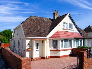 DUNROMIN, en-suite, WiFi, garden furniture, close to beach, Ref 904604 - Llandudno vacation rentals