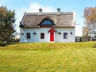 TEAC CHONDAI THATCHED COTTAGE, detached thatched cottage, open fire, near Lough, in Loughanure, Ref 906057 - County Donegal vacation rentals