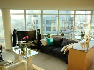 Luxurious 1 Bed + Den in Downtown T.O. - Toronto vacation rentals