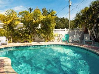 Pineapple Cottage: 2BR/1BA Quaint Family- and Pet-Friendly Cottage - Anna Maria vacation rentals