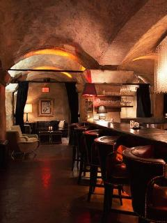 See Celebrities at the Famous Teddy's Bar at the Roosevelt hotl, which is within WALKING DISTANCE! - Bed and Bay Residence Inn