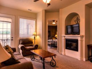 Comfortable floor plan, Jetted tub, Fireplace, Pool, Hot tub and next to SDC (33-1) - Branson vacation rentals