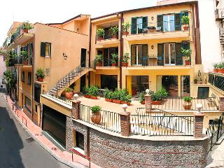 Apt in the center of Taormina with all comforts - Lucca vacation rentals
