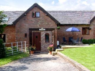 THE HAYLOFT, romantic, character holiday cottage, with a garden in Stratford-Upon-Avon, Ref 914530 - Warwickshire vacation rentals