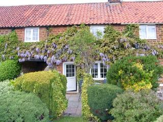 CASSIE'S COTTAGE close to beach, hand-made kitchen, off road parking in Heacham Ref 915103 - Heacham vacation rentals