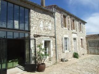 At the heart of the Ile de Ré, picturesque house with garden, 400 m from the beach - Poitou-Charentes vacation rentals