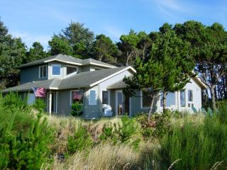 Waterfront on the Siletz Bay, Kayaks, Hot Tub, Crab Traps - Lincoln Beach vacation rentals
