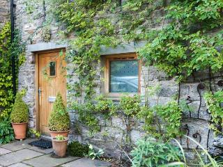 BECKSIDE BARN, pet-friendly luxury cottage, superb facilities, pondside patio, Kirkby Stephen Ref 914337 - Kirkby Stephen vacation rentals
