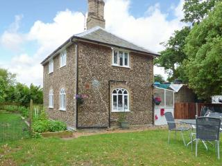 28 STONE COTTAGE, en-suite facilities woodburning stove, feature beams, WiFi, Ref 913819 - Suffolk vacation rentals