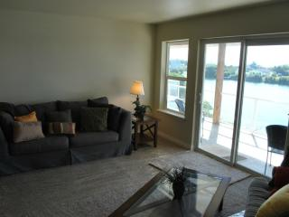 Kat's Cove Condo - Waterfront with Dock; Wifi - Ocean Shores vacation rentals