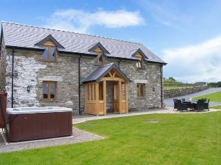 TYN Y CELYN, hot tub, WiFi, woodburner, wonderful views, en-suites throughout, near Ruthin, Ref. 904807 - Denbighshire vacation rentals