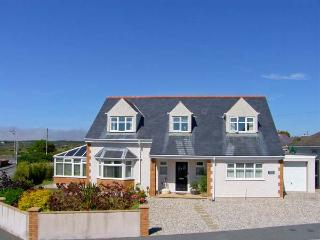 APPLEBY HOUSE, detached, conservatory, off road parking, front and rear garden, in Trearddur Bay, Ref 914221 - Trearddur Bay vacation rentals