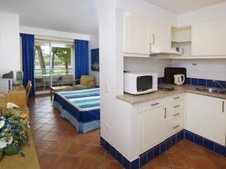 STUDIO FOR 2 IN A 4 STAR APARTHOTEL WITH 4 POOLS AND RESTAURANT - ALBUFEIRA - REF. ALP139552 - Albufeira vacation rentals