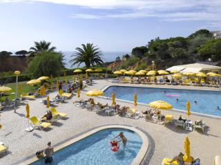 1 BEDROOM APARTMENT FOR 4 WITH SEA SIDE VIEW AND DIRECT ACCESS TO FALESIA BEACH, IN A 3-STAR RESORT - OLHOS D'AGUA - ALBUFEIRA - - Olhos de Agua vacation rentals