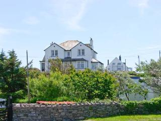 BRYN GORS, apartment with sea views, patio, parking, opposite beaches in Trearddur Bay Ref 913139 - Trearddur Bay vacation rentals