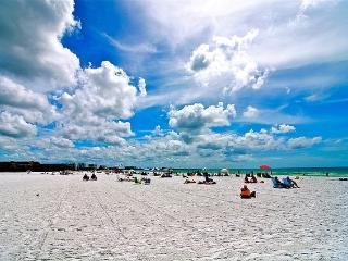 Siesta Key Townhouse across from Pristine Sand & Blue Waters 2bd/2bath sleeps 6 - Siesta Key vacation rentals